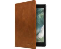 Dbramante1928 Copenhagen iPad  (2020) / (2019) Book Case Bruin