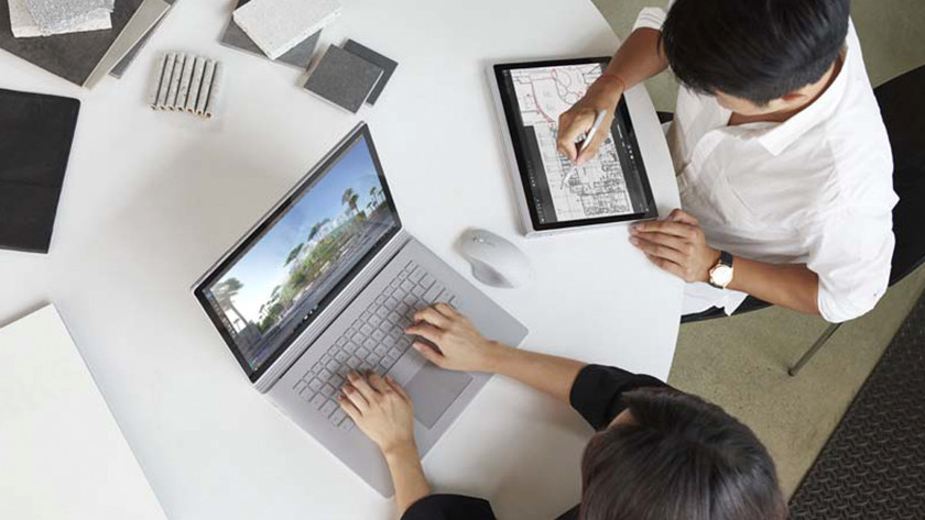 Vrouw en man werken op Surface Books in kantoor.