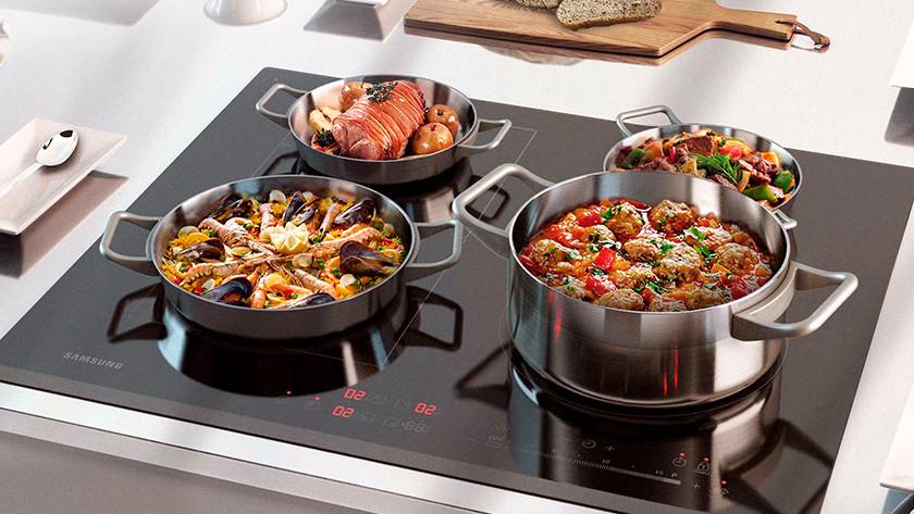 Inductie kookplaat met pannen