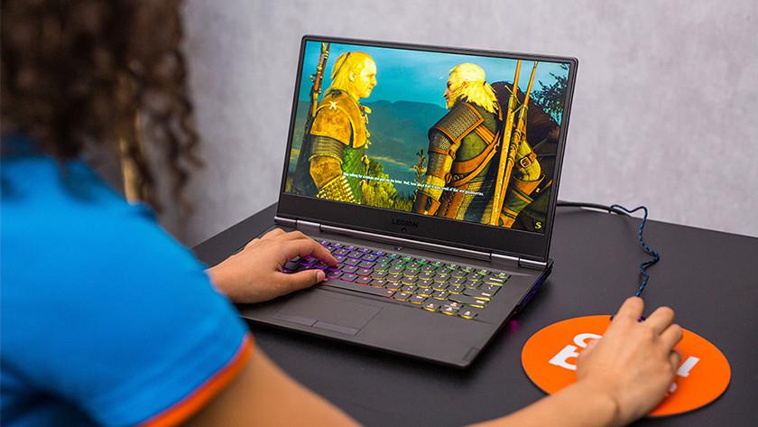 Vrouw speelt game op Windows laptop