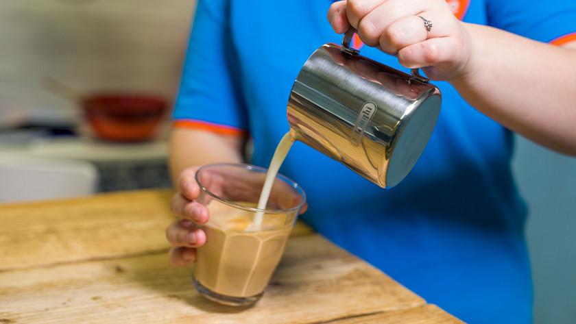 melkschuim bij koffie gieten