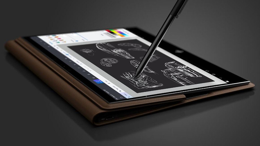 Touch pen drukt op HP Spectre Folio.