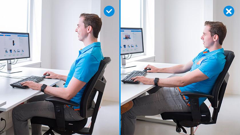Coolblue medewerker werkt achter bureau terwijl hij op een monitor kijkt.