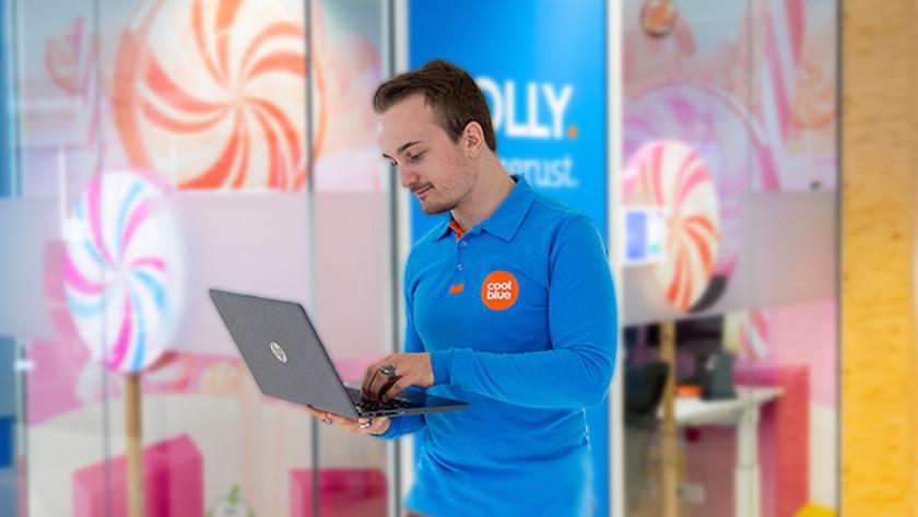 Specialist van Coolblue met HP laptop in zijn handen.