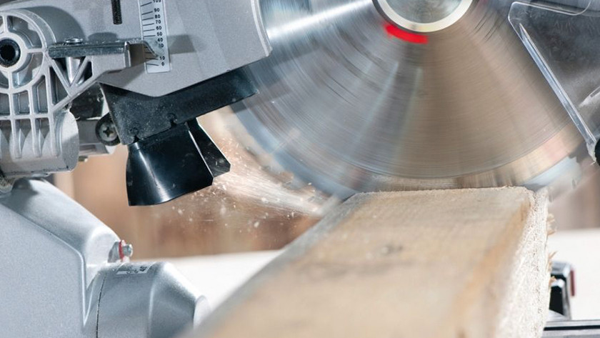 Adjusting the saw blade for the saw