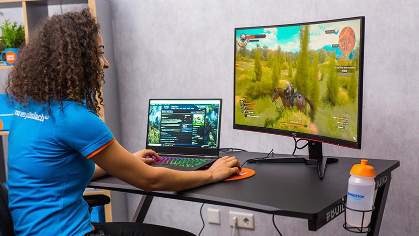 Witcher op gaming laptop en monitor.
