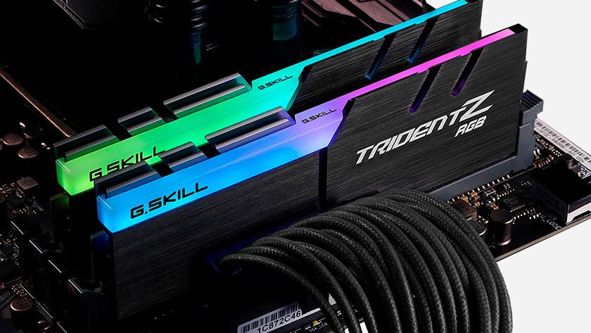GSkill TridentZ RGB videokaarten gemonteerd op een moederbord.