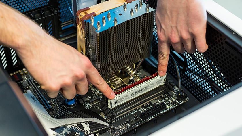 Nieuw RAM geheugen werkgeheugen installeren