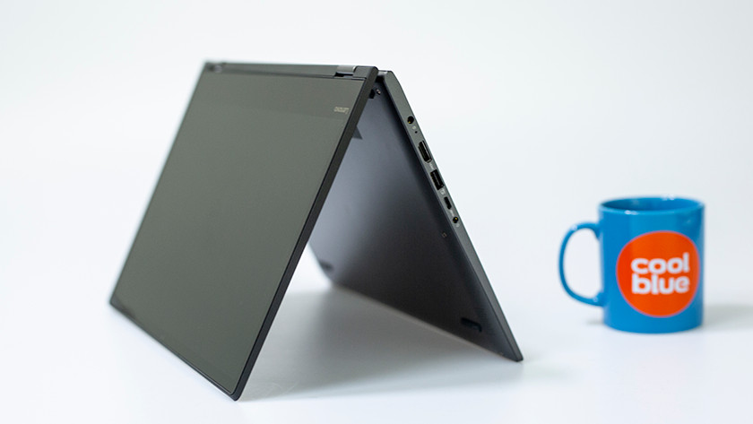 Een Lenovo Yoga laptop in tentstand.