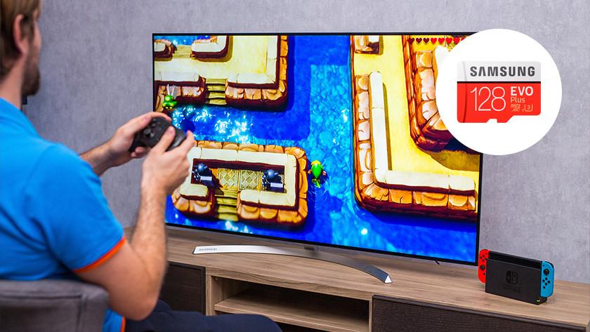 Zelda: Link's Awakening spelen op de Nintendo Switch met microSD kaartje in de hoek.