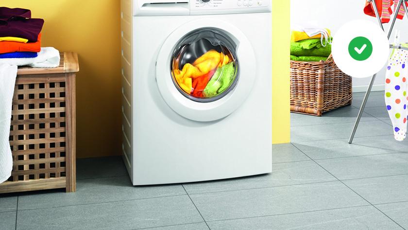 Wasmachine op een harde vloer