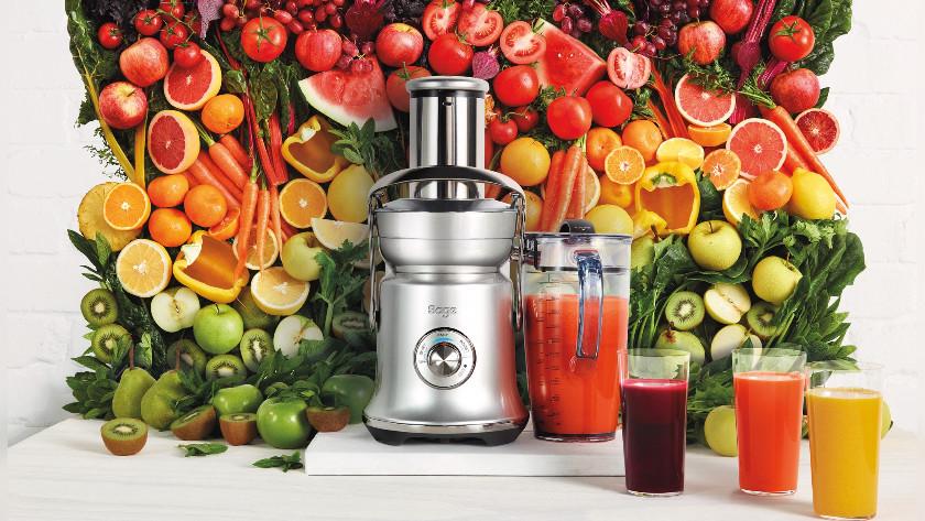 juicer met vruchten en sap