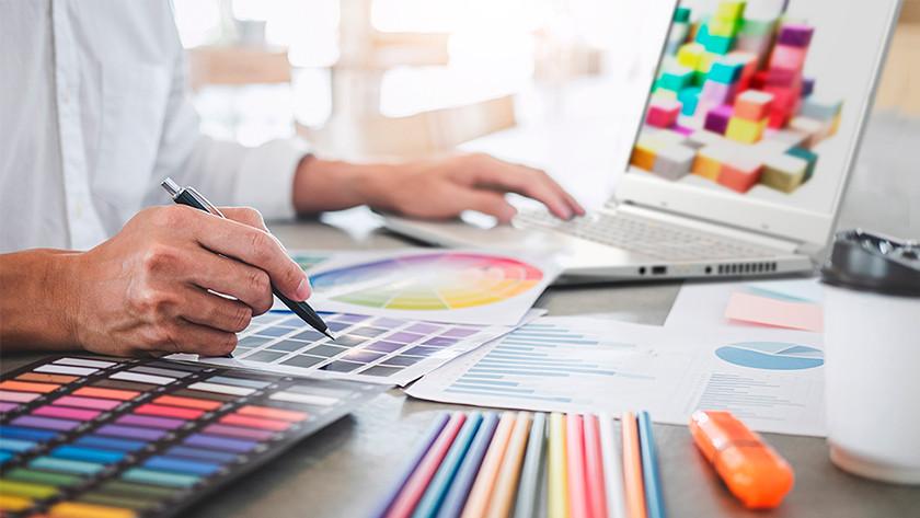 Vrouw werkt op ConceptD laptop.