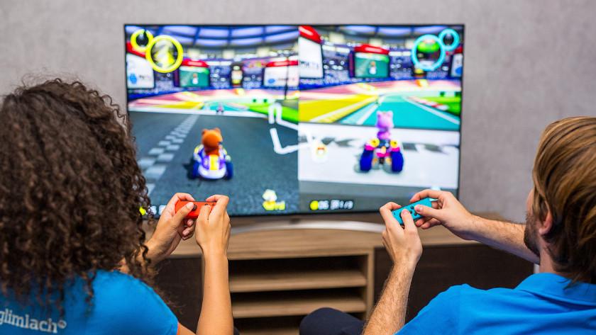 Jongen en meisje spelen Mario Kart op Nintendo Switch.
