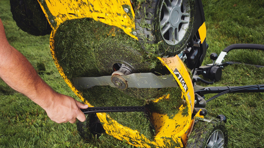 Cleaning a mulching lawn mower