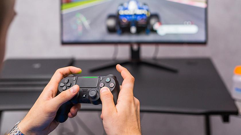Controller van PlayStation 4 en F1 2019 op monitor.