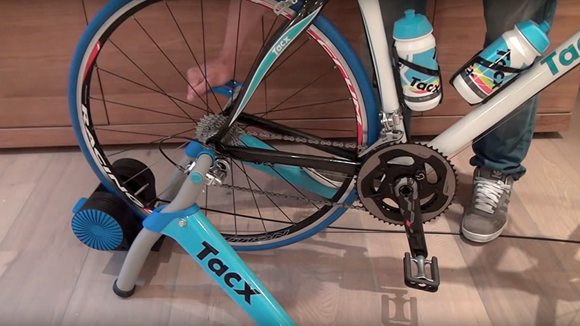 Place the Tacx Booster T2500 in the support
