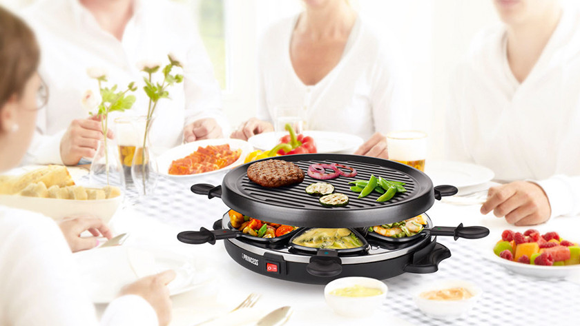 Round raclette grill with grill