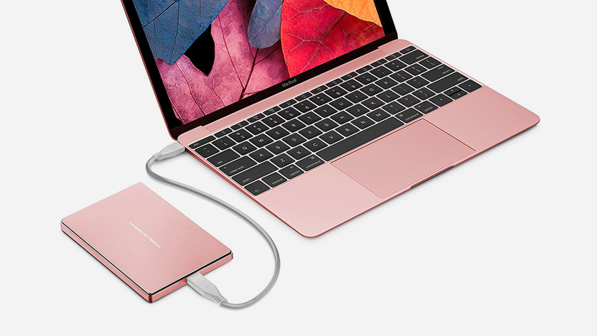 Roze MacBook met Roze externe harde schijf.