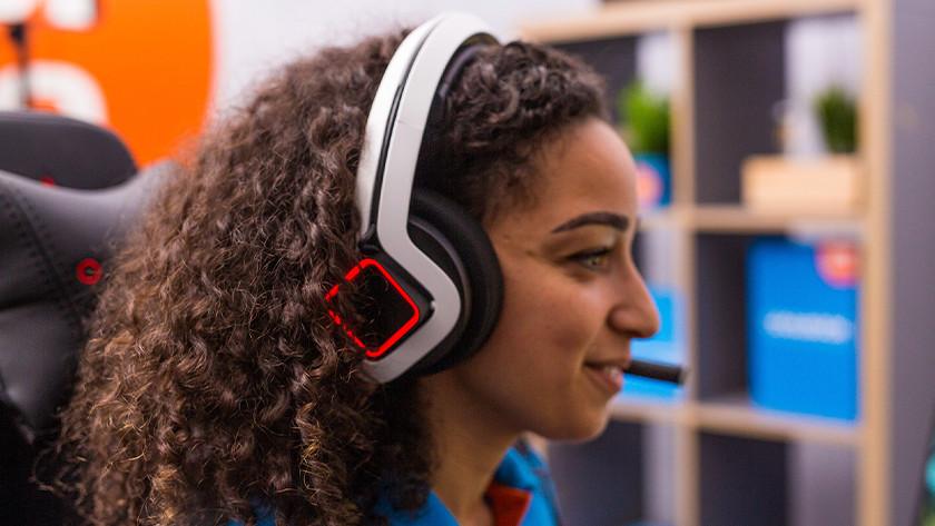 Meisje met headset op.