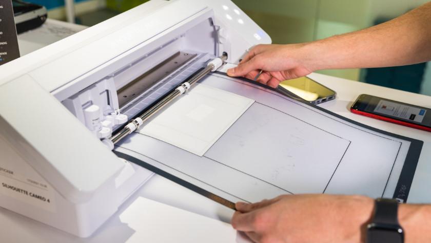 Screen protector cutting machine
