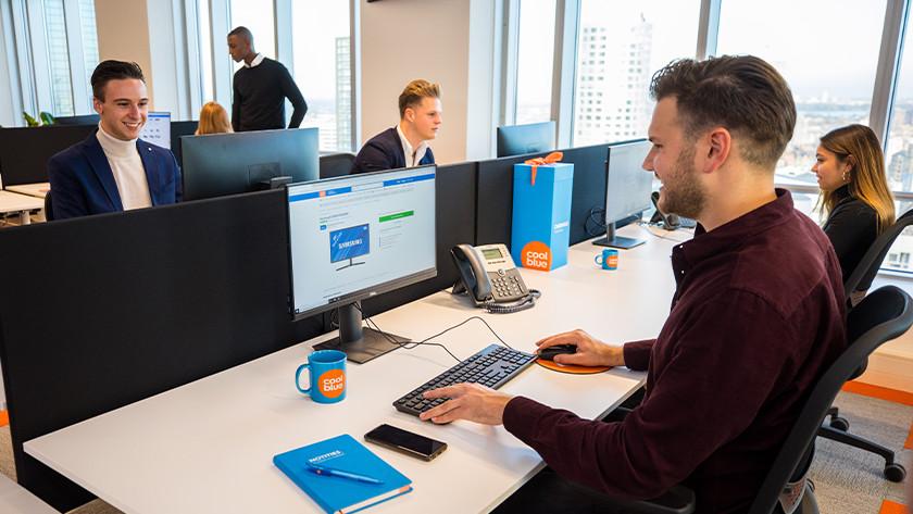 Werken achter monitoren op kantoor.