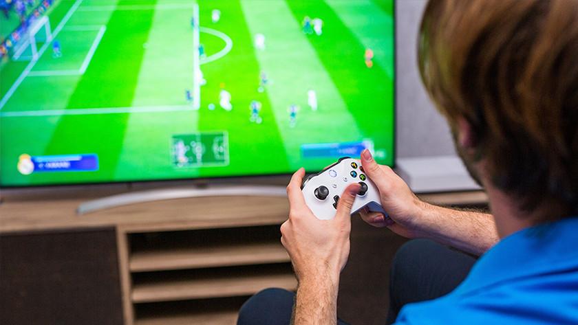 Jongen speelt FIFA op Xbox One.