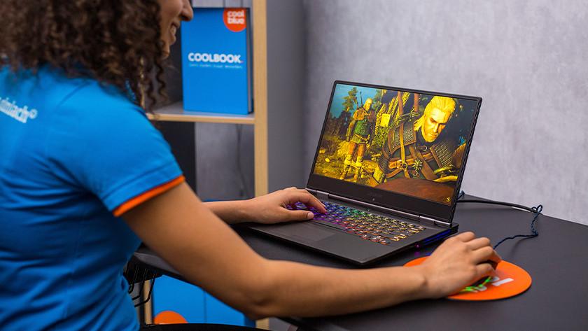 Meisje gamet op laptop.