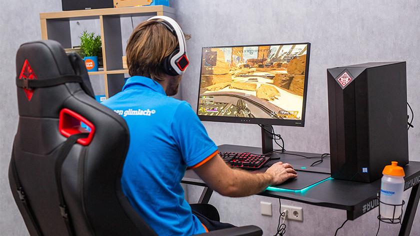Man speelt op 4K gaming monitor