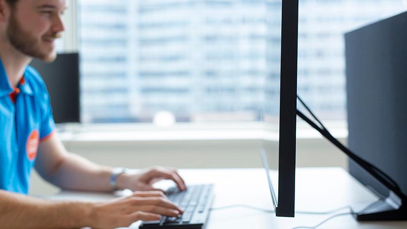 Man werkt op zakelijke monitor