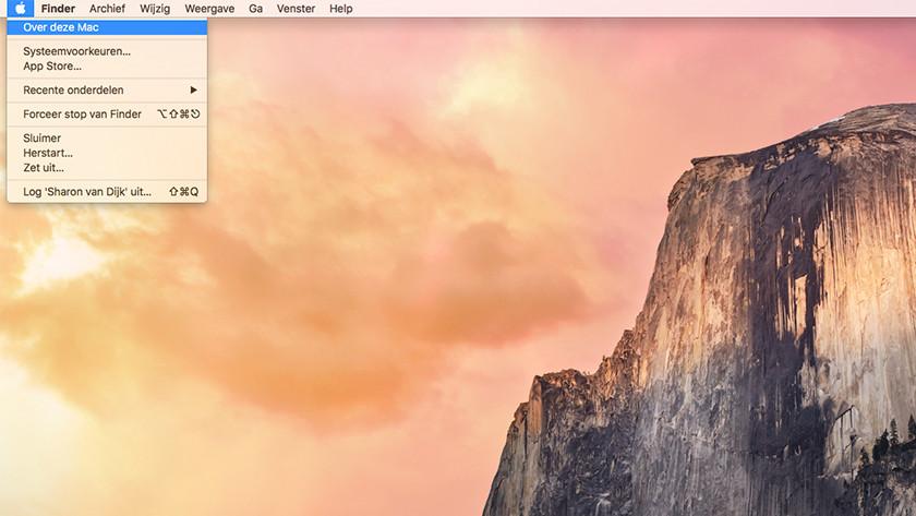 Klik op het Apple icoontje linksboven in je scherm en selecteer vervolgens de optie 'Over deze Mac'.