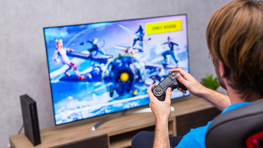 Fortnite op PlayStation 4 en televisie.