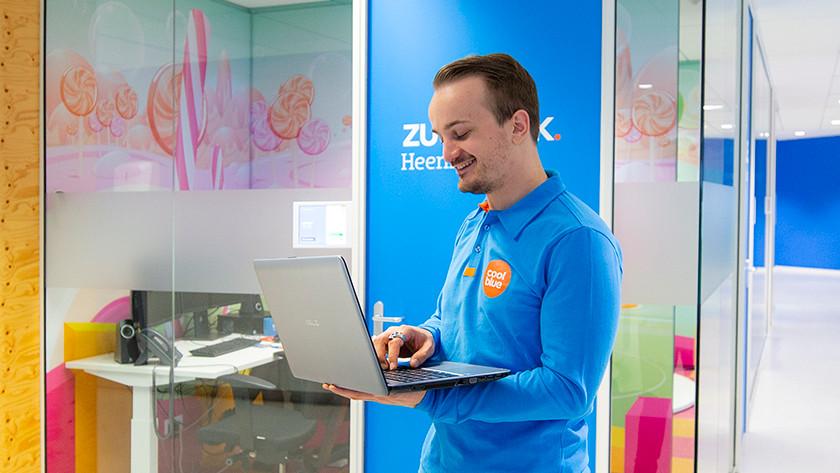 Specialist van Coolblue met Asus laptop in zijn hand.