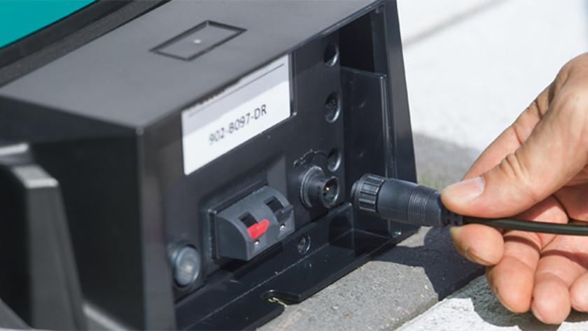 Het basisstation met de stroomvoorziening verbinden