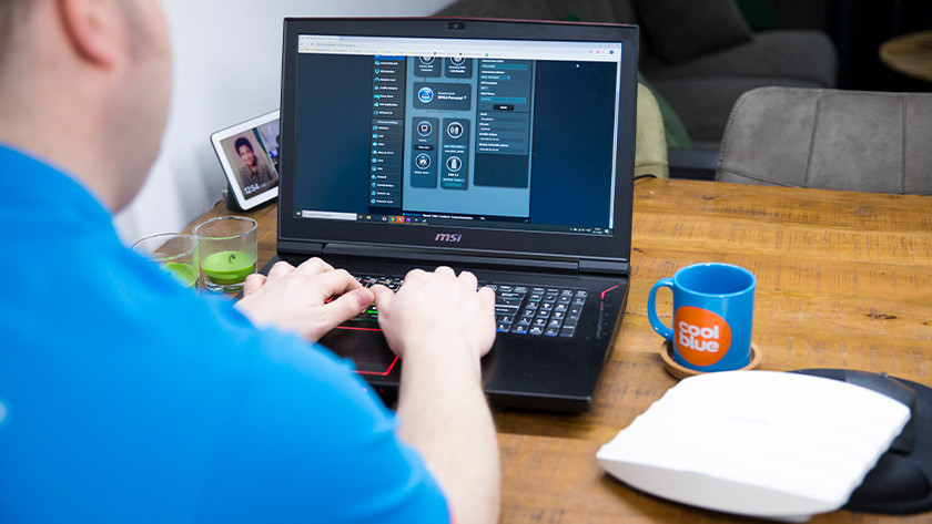 Specialist achter laptop
