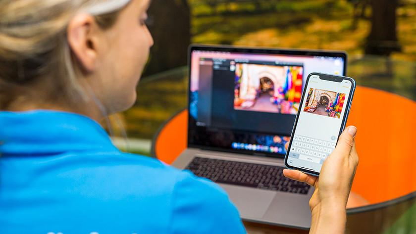 Vrouw gebruikt MacBook en iPhone