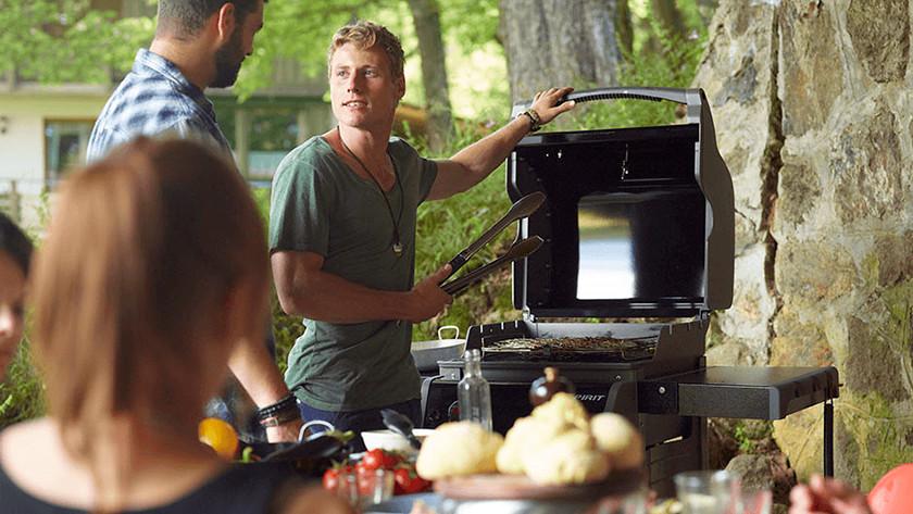 Houtskoolbarbecue in de tuin