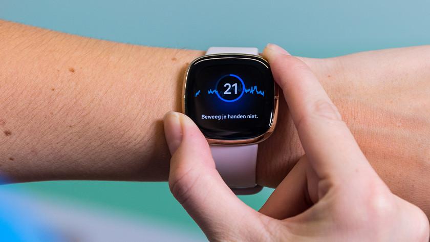 Leg je vingers op de RVS randen en het horloge meet je hartritme.