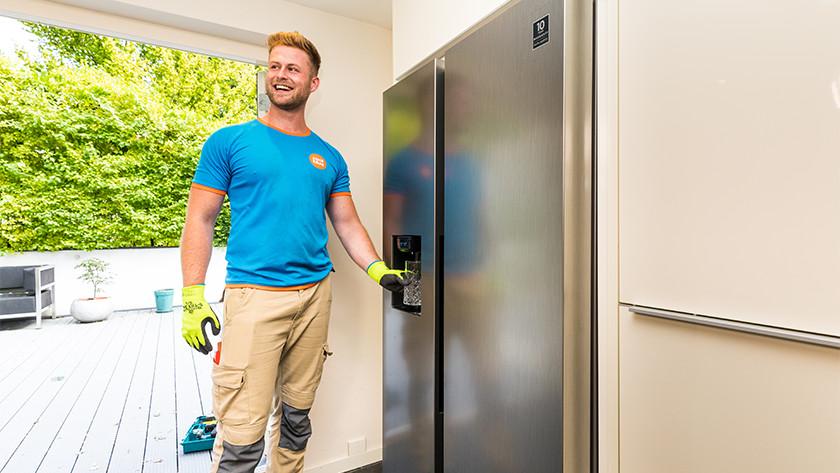 Dispenser in een Amerikaanse koelkast