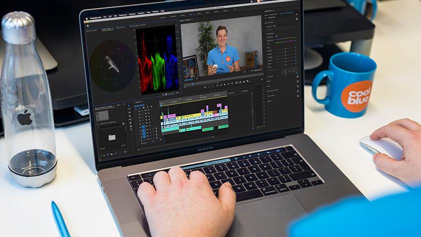 Man bewerkt video's op MacBook Pro