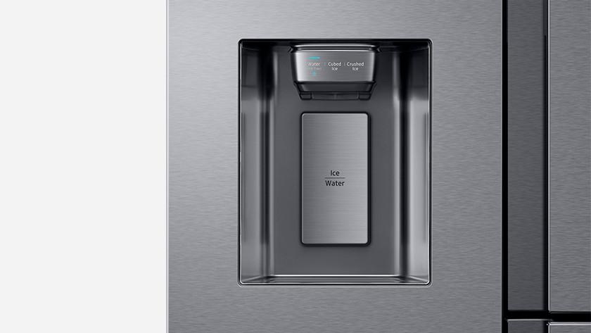 Amerikaanse koelkast met ijsblokjes
