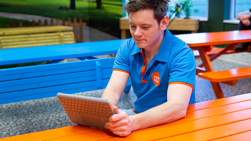Specialist met Microsoft Surface Go in tabletmodus
