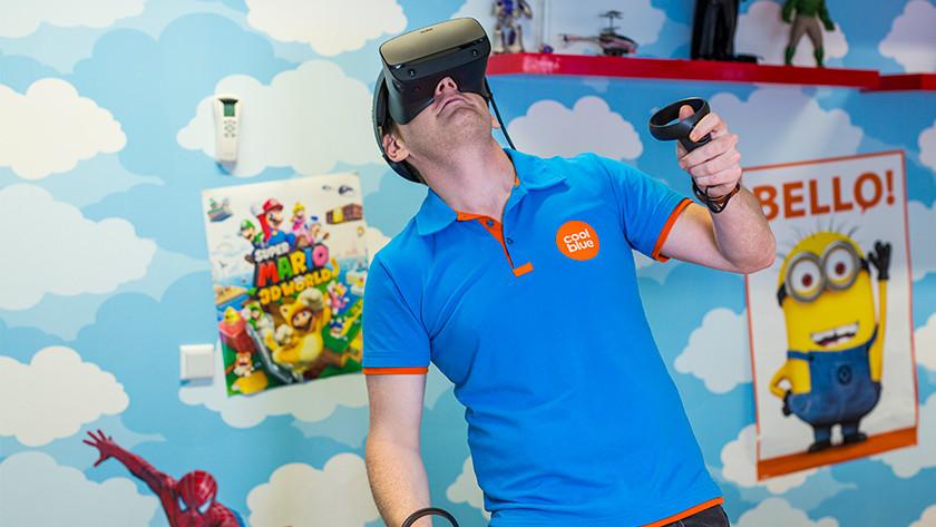 Een film kijken met een VR bril.