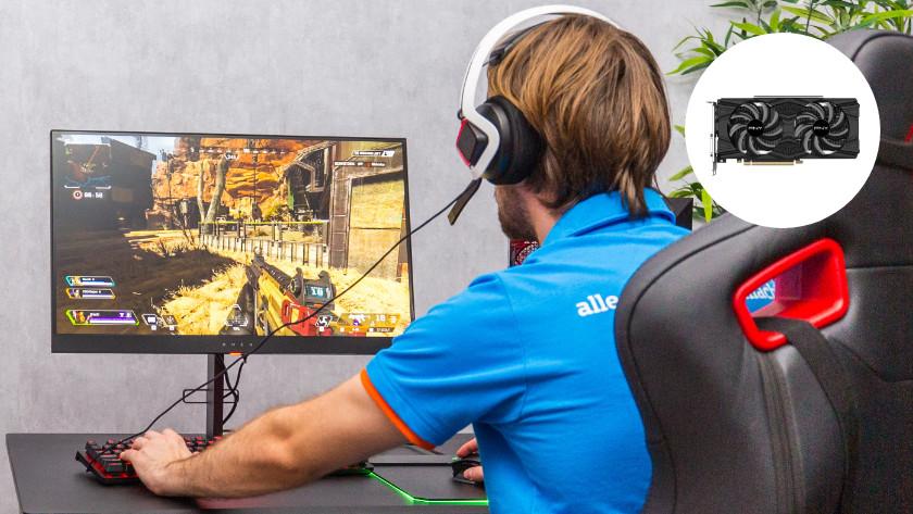 Man speelt game op een computer met videokaart uitgelicht in een rondje.