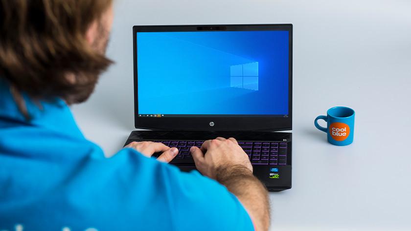 Man gebruikt HP Windows laptop.