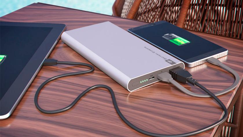 powerbank met tablet en telefoon