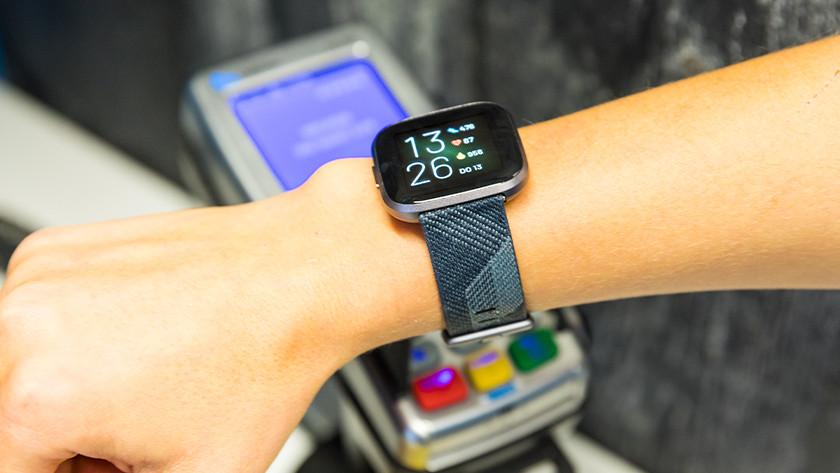 Fitbit Pay horloge met betaalautomaat