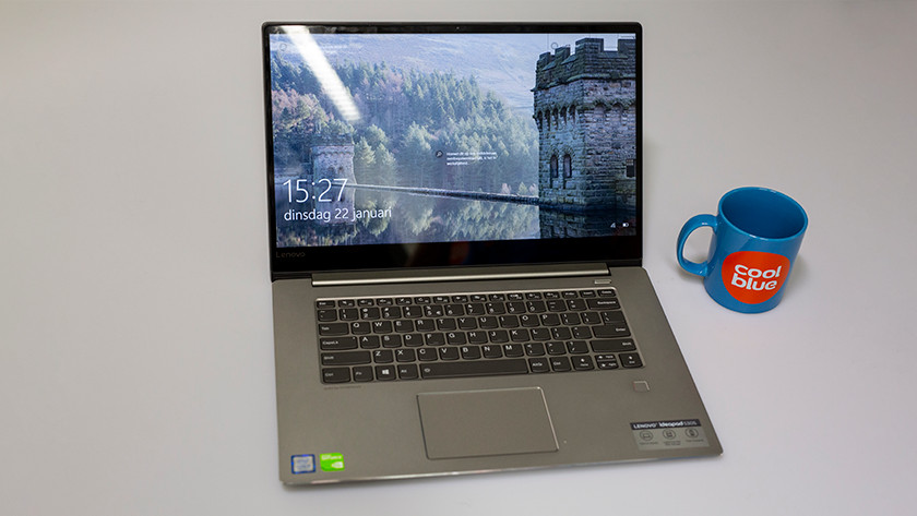 Een Lenovo IdeaPad 530S met een Coolblue mok ernaast.
