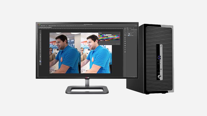 Computer met monitor en Photoshop op het beeldscherm.