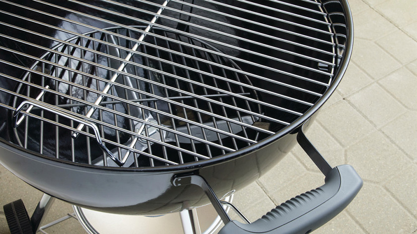 Cleaning a charcoal barbecue